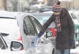Čistite li automobil od snijega i leda, velika je vjerojatnost kako ćete napraviti nešto što ne biste smjeli. Donosimo 10 situacija koje obavezno trebate izbjegavati