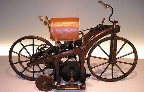 29. kolovoza 1885. patentiran prvi motocikl